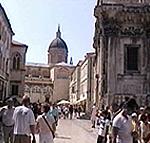 In primo piano parte della chiesa di Sv. Vlaho, sullo sfondo della foto la Velika Gospa (Cattedrale di Santa Maria Maggiore), Dubrovnik (Ragusa). Autore e Copyright: Marco Ramerini