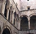 Il cortile del Palazzo dei Rettori, Dubrovnik (Ragusa). Autore e Copyright: Marco Ramerini