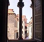 Veduta da una finestra del Palazzo dei Rettori (Knezev Dvor), Dubrovnik (Ragusa). Autore e Copyright: Marco Ramerini