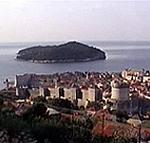Le mura di Dubrovnik (Ragusa) e l'isola di Lokrum (Lacroma) sullo sfondo. Autore e Copyright: Marco Ramerini