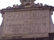 Dettaglio dell'iscrizione sulla Loggia di Città (Gradska Loza) in Narodni Trg (Piazza dei Signori), Zara (Zadar), Croazia. Autore e Copyright: Marco Ramerini