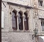 Particolare delle finestre di un palazzo, Trogir (Traù), Croazia. Autore e Copyright: Marco Ramerini